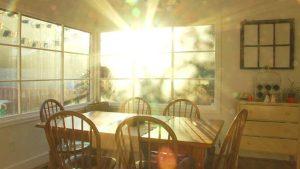9 أفكار لتهوية المنزل ودخول الشمس للغرف